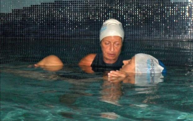 Nadar de forma cadenciada é uma opção para relaxar a musculatura