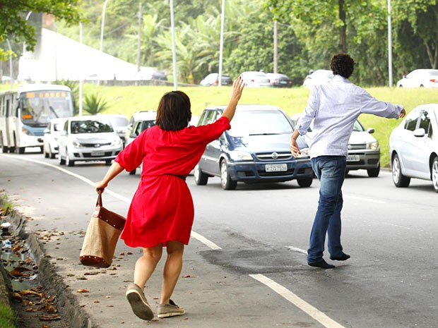 O casal tenta pegar carona, mas não consegue de jeito nenhum (Foto: Guerra dos Sexos / TV Globo)