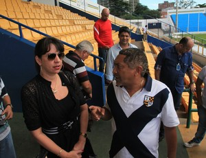 Secretário de Desporto e Lazer de São Luís, Vitor Negreiros, explica ações para promotora Lítia Cavalcanti (Foto: Biaman Prado/O Estado)