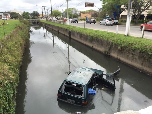 Três pessoas morreram após carro cair em arroio em avenida de Pelotas, RS (Foto: Bruno Halpern/RBS TV)