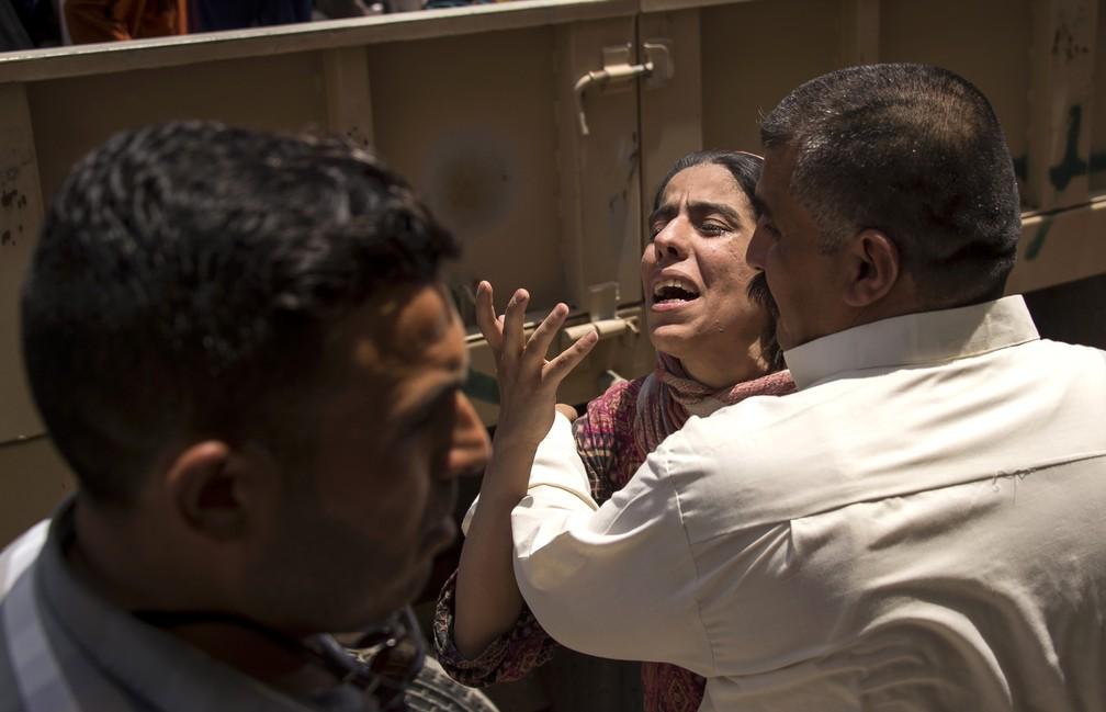 Soldado iraquiano conforta mulher que fugiu do Estado Islâmico, em Mossul (Foto: Fadel SENNA / AFP)