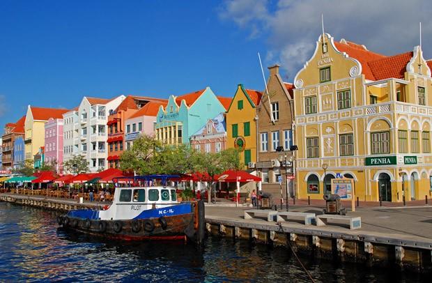 As construções barrocas coloridas do bairro Punda, em Willemstad, capital de Curaçao e das Antilhas Holandesas. Na esquina, a Casa Penha com três séculos de idade (Foto: © Haroldo Castro/ÉPOCA)