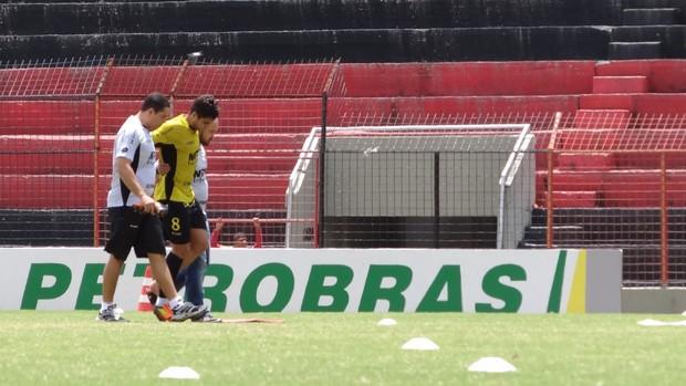 Henrique deixa o campo amparado pelo médico do Sport (Foto: Elton de Castro/Globoesporte.com)