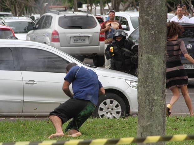 Momento em que sequestrador é atingido por disparo feito por policiais; à direita, refém foge (Foto: Vianey Bentes/TV Globo)