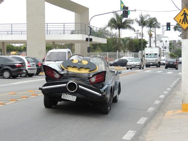Na avenida principal de Poá, o 'Batman' chama a atenção (Foto: Pedro Carlos Leite/G1)