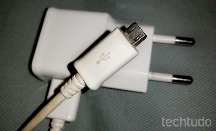 Não deixe o carregador cair para não quebrar  (Foto: Barbara Mannara/TechTudo)