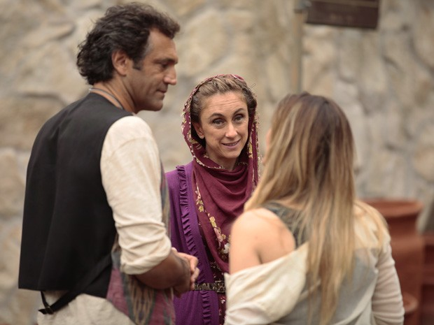 Sarila desconfia de Zyah e Bianca (Foto: Salve Jorge/ TV Globo)