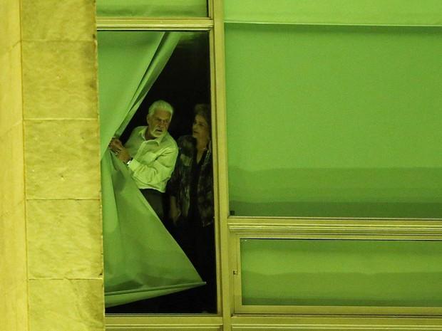 Presidente Dilma Rousseff e Ministro da Casa Civil, Jaques Wagner olham pela janela do Palácio do Planalto em noite de votação do processo de impeachment (Foto: Adriano Machado / Reuters)