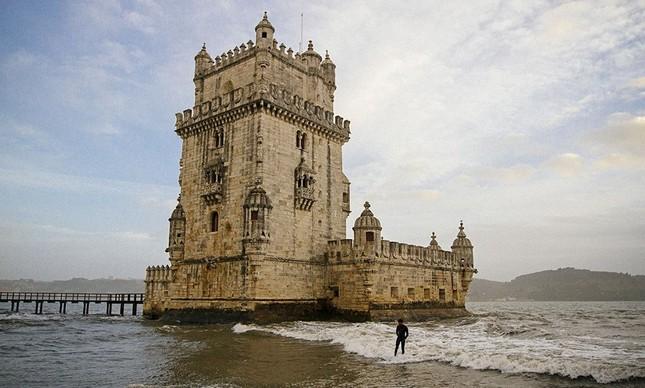 João Kopke surfando ao lado da Torre de Belém, em Lisboa