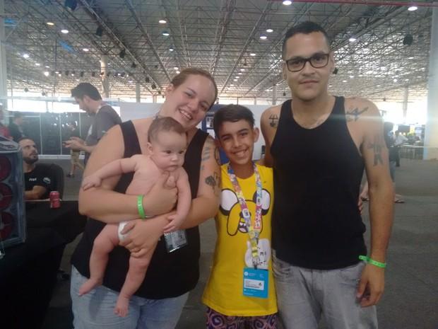 O casal Débora Rodrigues, 28, e Gabriel Andrade, 26, com o sobrinho Otávio e Lilith, de quatro meses, na Campus Party (Foto: Larissa Santos/G1)