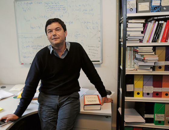 O economista francês Thomas Piketty em sua sala ,em Paris (Foto:  Charles Platiau/REUTERS)