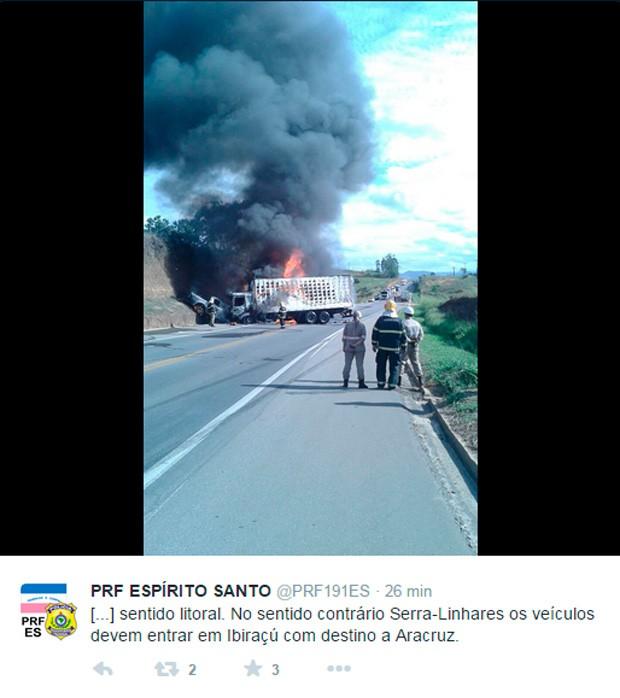 Corpo de Bombeiros e policiais rodoviários federais atendem a ocorrência (Foto: Reprodução/ Twiter PRF-ES)