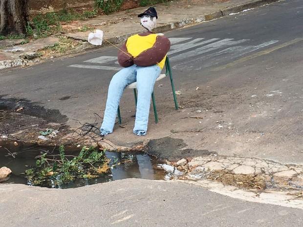 Além do tamanho, moradores reclamam da água acumulada no buraco (Foto: Jocelio Ferreira/Cedida)