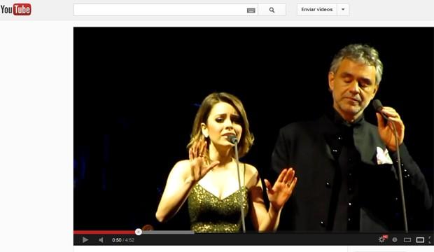 Sandy e Andrea Bocceli em registro de fã em Belo Horizonte, onde eles cantaram juntos em 2011 (Foto: Reprodução / YouTube)