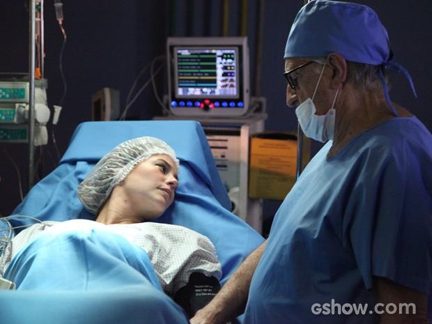 Paloma em trabalho de parto, mas, tão séria? (Foto: Carol Caminha/TV Globo)