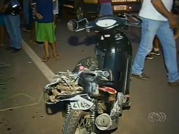 Carro bateu na parte da trás da motocicleta, onde estava Cleonice (Foto: Reprodução/TV Anhanguera)