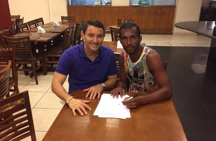 Richarlyson assina contrato com o Novorizontino (Foto: Divulgação / Grêmio Novorizontino)