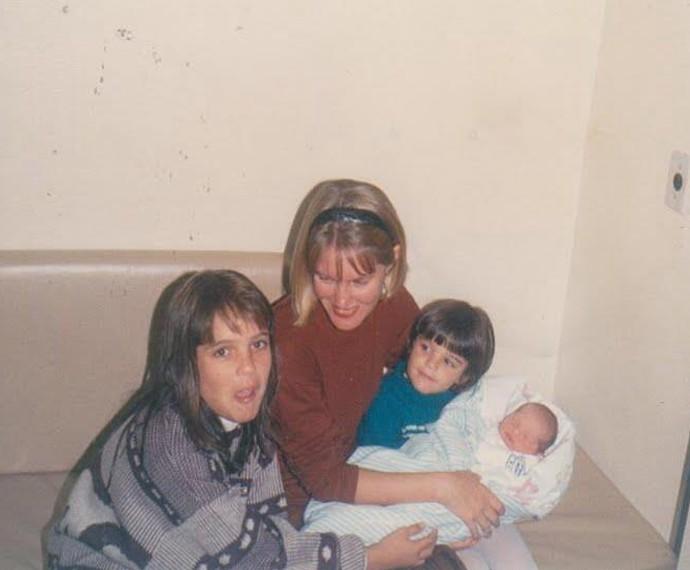 Elisa Brites, ainda bebê, no colo da prima Rafa Brites (de azul) e da mãe, Jurema Brites. Ao lado esquerdo, Gabi Brites, irmã da Rafa. (Foto: Arquivo Pessoal)