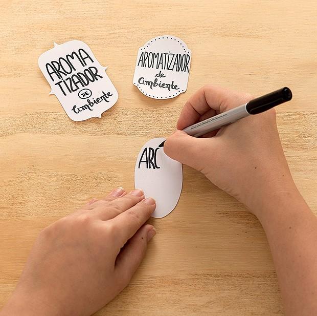 4. Escreva nas etiquetas para identificar o produto e cole nos vidros. (Foto: Bruno Marçal/Editora Globo)