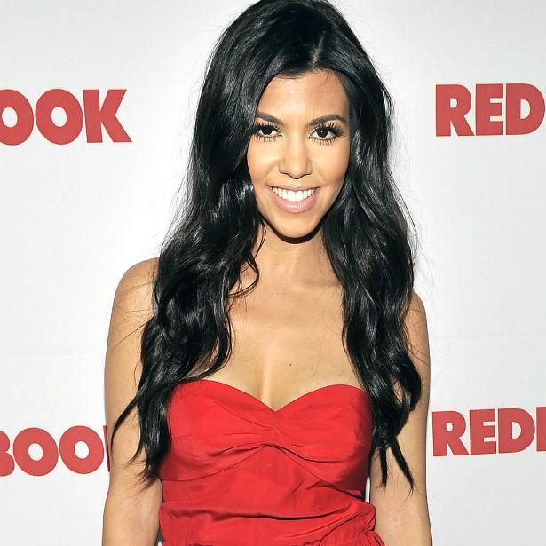 Outra estrela de reality show, Kourtney Kardashian, de 35 anos, também turbinou os seios, quando tinha 20 e poucos anos. (Foto: Getty Images)