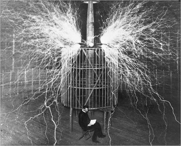 Nikola Tesla em seu laboratório (Foto: Reprodução)