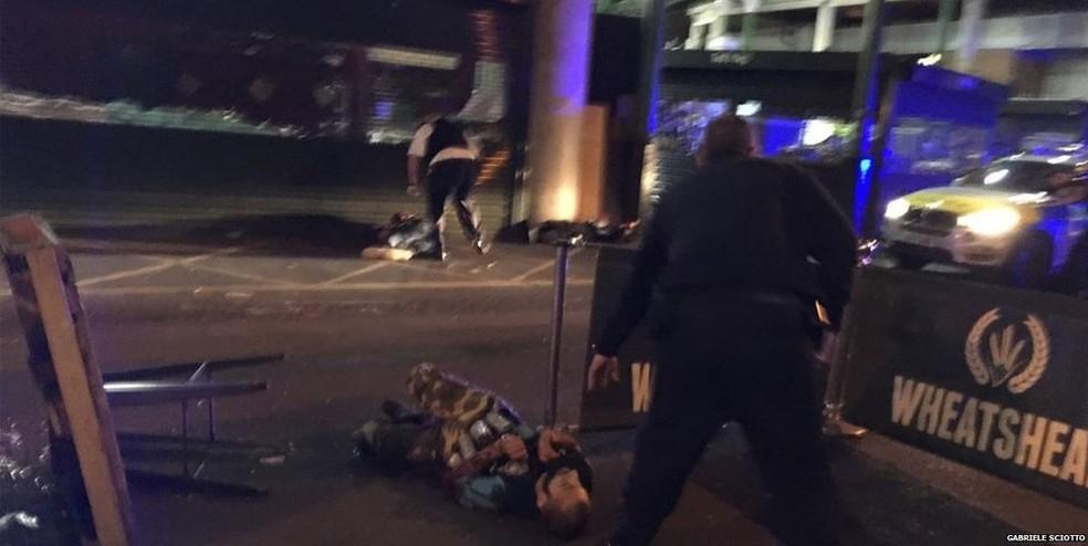 BBC divulgou foto de homem deitado no chão com cinturão de explosivos falsos (Foto: Gabriel Sciotto)