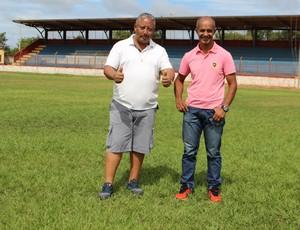 Celino, técnico do GEC (à esquerda) e Paulo Figueiredo, diretor de esportes (à direita) falam sobre formação do elenco e planos da pré-temporada (Foto: Júnior Freitas/G1)