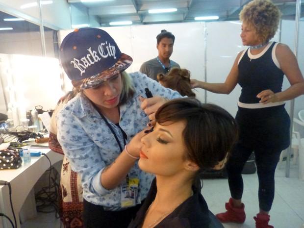 Andreia também é maquiada para as gravações (Foto: Gshow)
