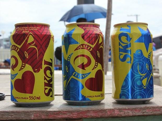 Edição especial da lata de Skol traz bois azul e vermelho (Foto: Frank Cunha/G1 AM)
