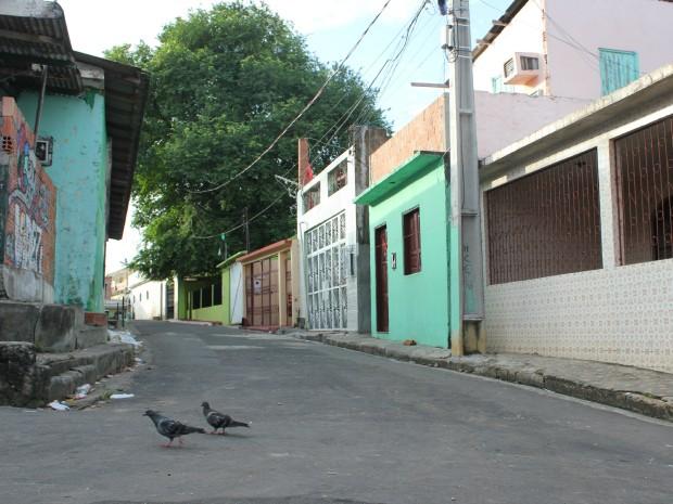 Crime ocorreu em um beco do bairro Compensa, na Zona Oeste de Manaus (Foto: Girlene Medeiros/G1 AM)