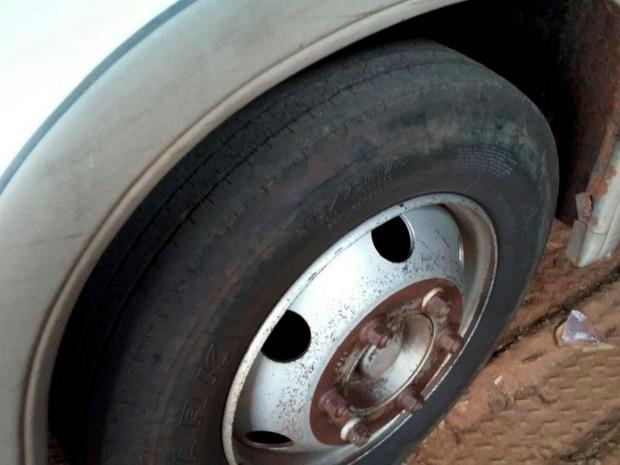Pneus carecas foram encontrados no transporte escolar de Monte Castelo (Foto: TCE/Divulgação)