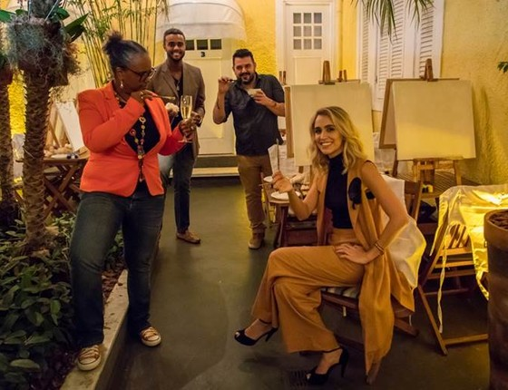 Sandra de Sá, Jorge de Sá, ao fundo o artista plástico Rogério Fernandes e Daniella Santos, do Riso bistrô: arte e vinho em solo carioca (Foto: Divulgação)
