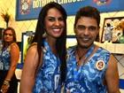 Zezé Di Camargo vai com namorada ao desfile das campeãs