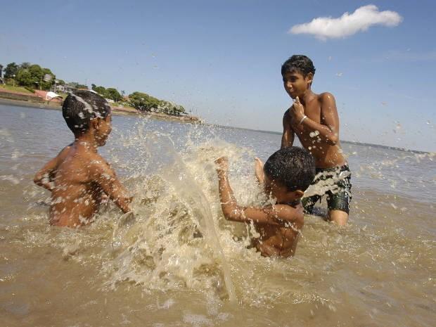 Crianças tomam banho na praia do Cruzeiro, em Icoaraci, considerada imprópria para banho no início do ano. (Foto: Marcelo Seabra/ O Liberal)