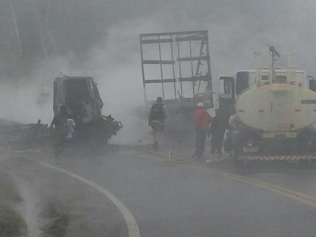 Rodovia foi liberada após fogo ser controlado e veículos retirados (Foto: Divulgação/ PRF)