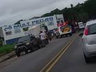Dois ficam feridos em batida entre moto e carro na Oswaldo Cruz