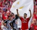 Jonas marca, Benfica dá goleada e garante tricampeonato português