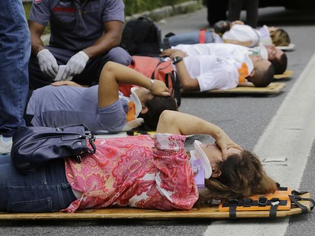 Passageiros feridos foram atendidos no asfalto e receberam talas de proteção para o pescoço após o acidente na Marginal Pinheiros (Foto: Nelson Antoine/Fotoarena/Estadão Conteúdo)