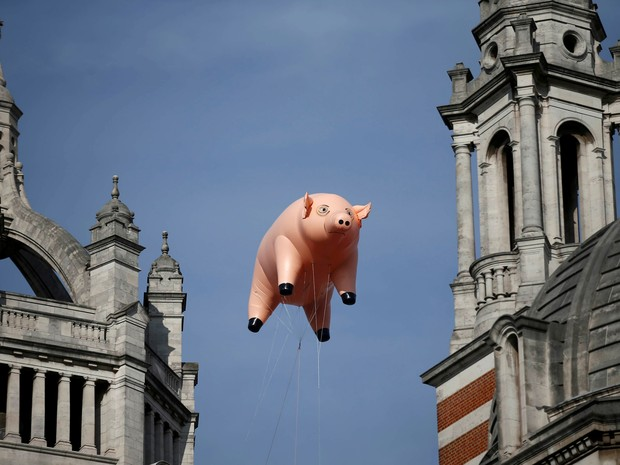 Porco inflável, um dos símbolos do Pink Floyd, no dia do anúncio de uma nova exposição sobre a banda em Londres (Foto: REUTERS/Peter Nicholls)
