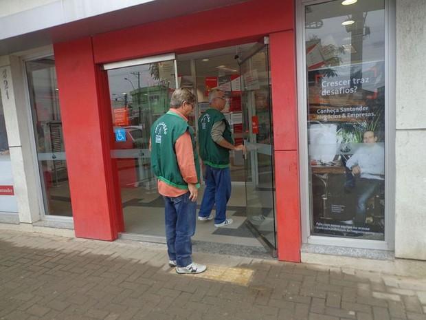 Fiscais do Procon estão visitando os bancos para apurar denúncias (Foto: Divulgação/ Secom)
