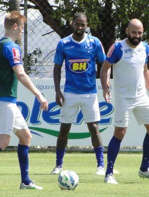 Zagueiros Grolli, Dedé e Bruno Rodrigo no treino do Cruzeiro (Foto: Tayrane Corrêa)