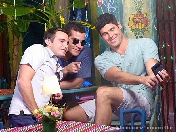 Que trio! Max Ferconi, Thiago MArtins e Dudu Azevedo tiram foto em celular (Foto: Flor do Caribe / TV Globo)