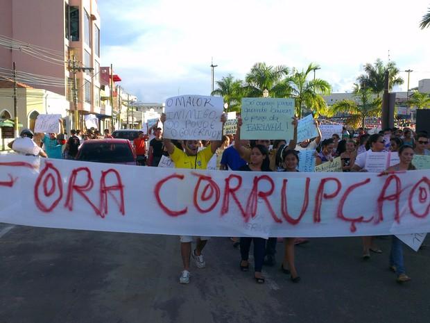 Manifestantes protestam contra a corrupção em Cruzeiro do Sul (Foto: Francisco Rocha/G1)