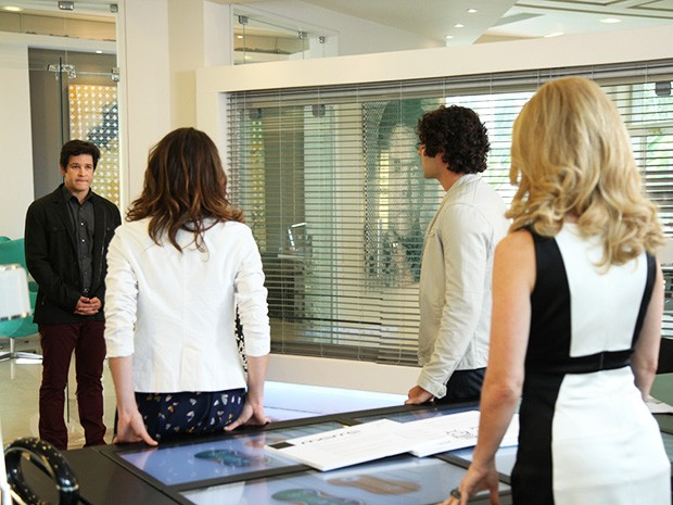 Jonas surpreende Pamela, Arthur e Manu (Foto: Carol Caminha/TV Globo)