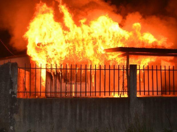 Quando fogo começou, aposentada estava na cozinha (Foto: Carlos Franco/ Extra de Rondônia)