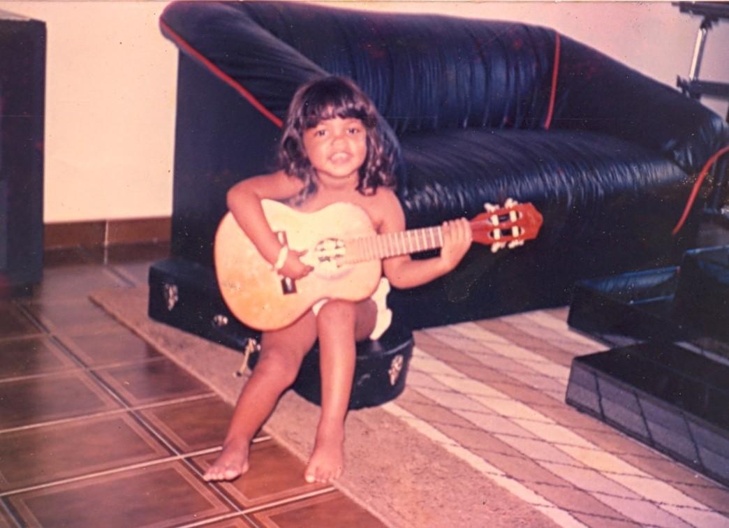 Lucy Alves tocando cavaquinho aos 3 anos de idade (Foto: Arquivo pessoal)