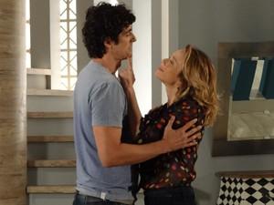 Jogo sujo! Ju apela para o carinho (Foto: Guerra dos Sexos/TV Globo)