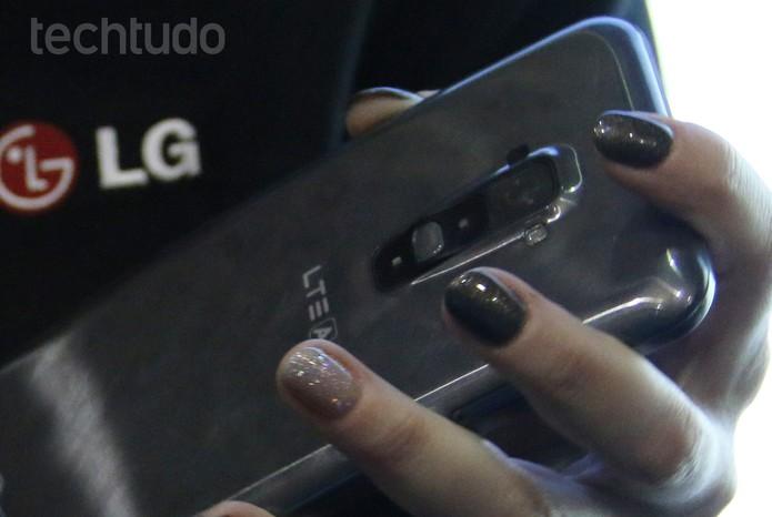 Traseira do G Flex é semalhante à do LG G2 (Foto: Fabricio Vitorino/TechTudo)