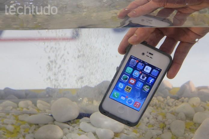 Super capinha protege o celular de quase tudo (Foto: Anna Kellen Bull/TechTudo)
