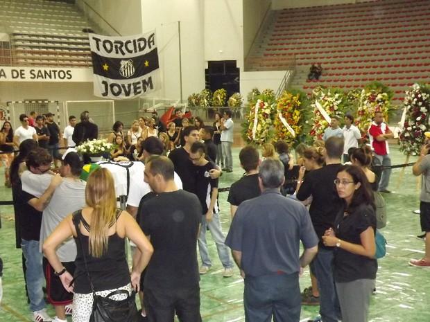 Apenas familiares e amigos puderam ficar no local onde estava o caixão (Foto: Ivair Vieira Jr/G1)